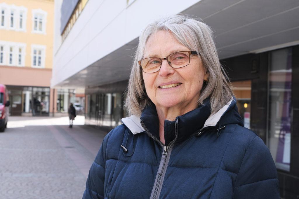 Karin Vadfors på en gata i centrala Borlänge.