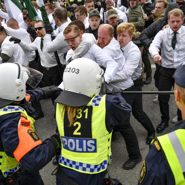 Nazister i NMR bråkar med polisen i Kungälv