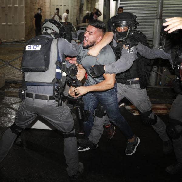 En palestinsk demonstrant grips av israelisk polis i Jerusalem
