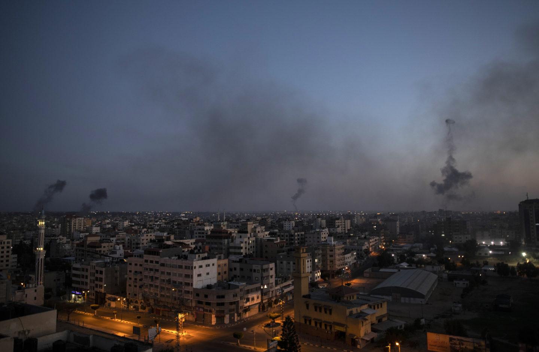 Svart rök stiger på flera håll i Gaza city, efter israeliska flygattacker.