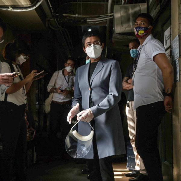 Maria Rassa med munskydd utanför domstolen.