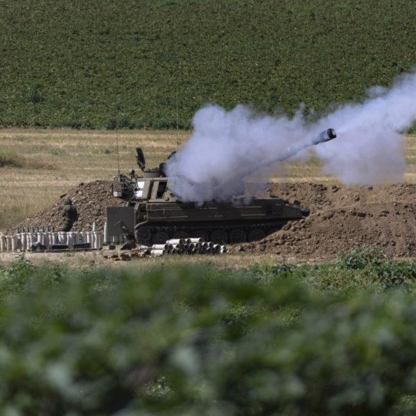 Israelisk tanker avfyrar artilleribeskjutning i närheten av gränsen till Gaza.