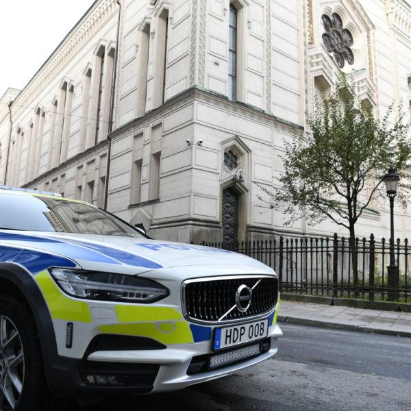 En polisbil håller vakt utanör synagogan i Stockholm