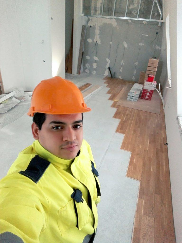 Lesther Pettiens lägger golv på företaget