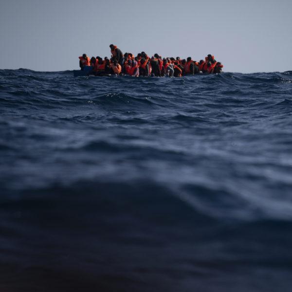 Migranter i en överfylld båt på Medelhavet