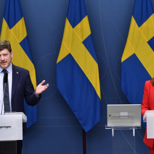 STOCKHOLM 20210607 Martin Ådahl, arbetsmarknadspolitisk talesperson (C), och arbetsmarknadsminister Eva Nordmark vid en digital pressträff om utredningarna om flexibilitet, omställningsförmåga och trygghet på arbetsmarknaden. Arbetsmarknadsminister Eva Nordmark.