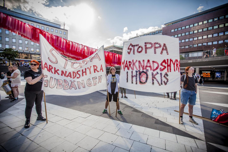Manifestation mot marknadshyror på Sergels torg i Stockholm