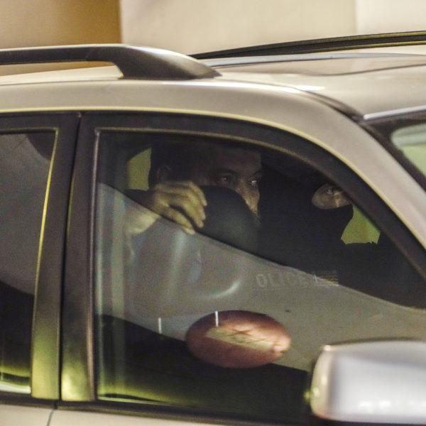 Christos Pappas, partitopp i Gyllene Gryning, sitter i en bil mellan maskerade poliser