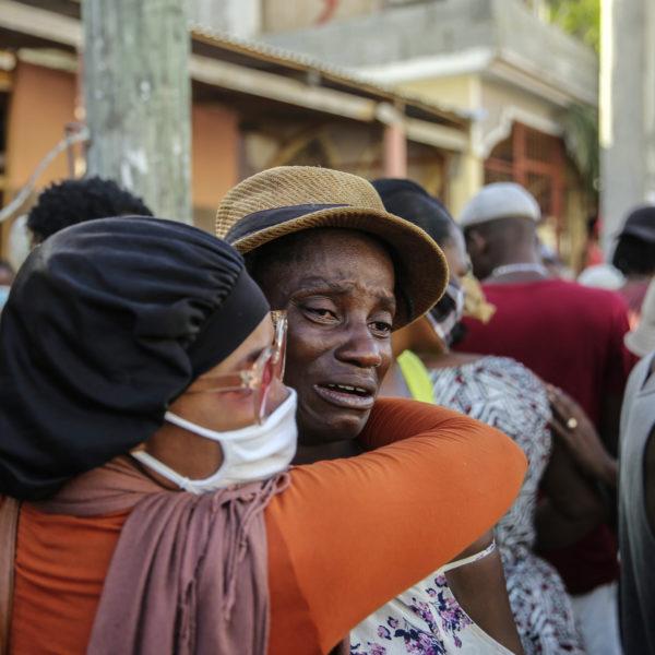 Sörjande anhöriga efter jordbävningen i Haiti