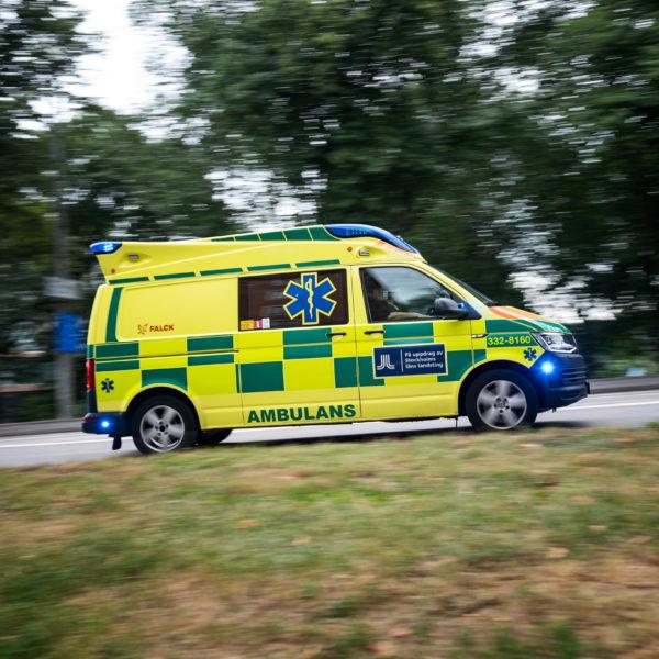 En ambulans med blåljus.