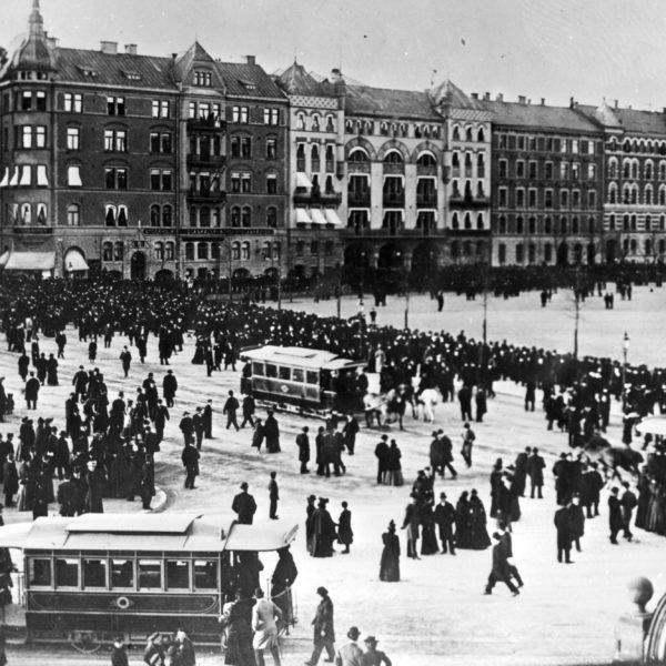 Rösträttsdemonstration på Norra Bantorget i Stockholm 1902.