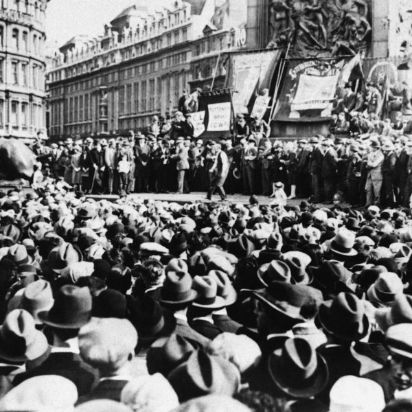Mängder av människor samlade på Trafalgar square i london, 1927.