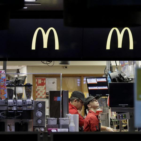McDonalds-arbetare sett genom fönstren utanför restaurangen