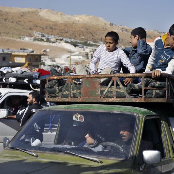 Syriska flyktingar i bil på gränsen mot Libanon
