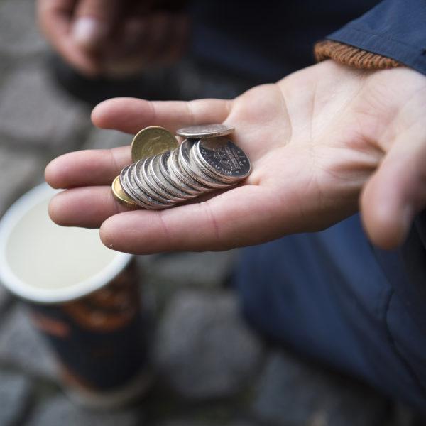 Flicka tigger pengar