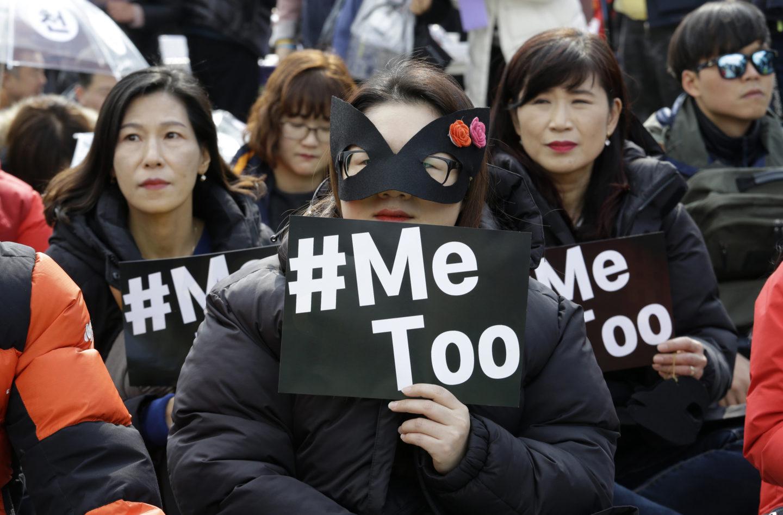 Svartklädda demonstranter med skyltar med texten Me too.