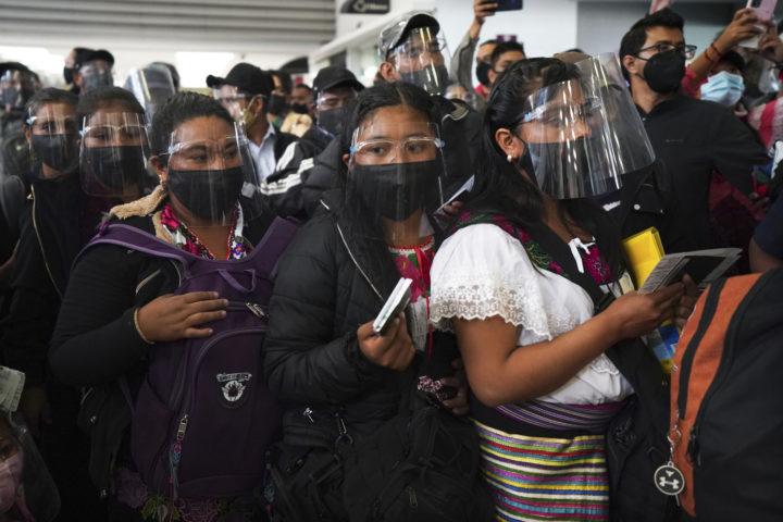Zapatister på flygplatsen i Mexico city.