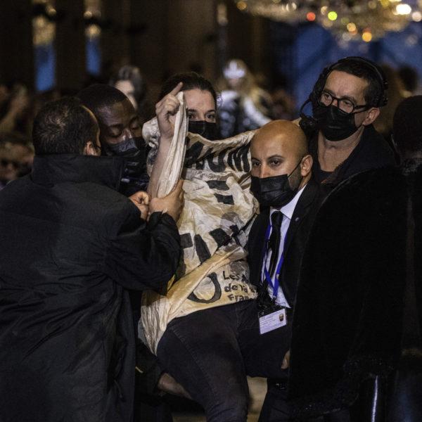 Klimataktivist gripen på modeveckan i Paris